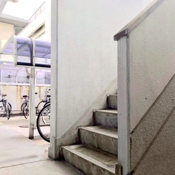 駐輪場と階段。3階まで頑張って!