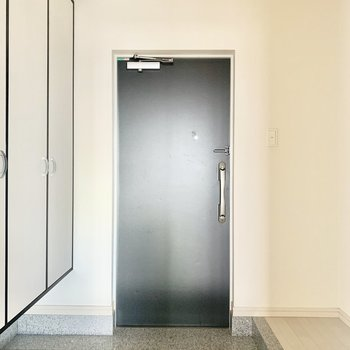 ブラック扉がかっこいい玄関。