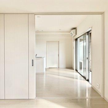 5,5帖の洋室は仕切り戸を開けて、リビングと一緒に使っても◎