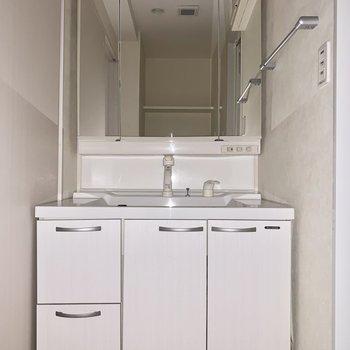 スクエア鏡の立派な独立洗面台。(※写真は通電前の為、フラッシュ撮影しています)
