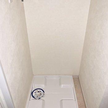 向かいに洗濯機置き場。(※写真は通電前の為、フラッシュ撮影しています)