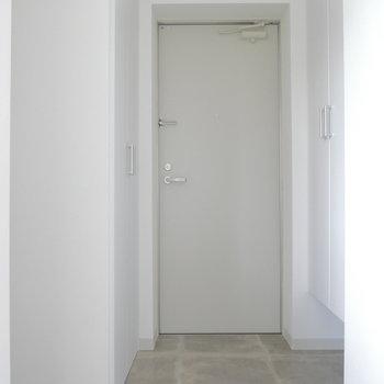 玄関部にも設備まとまってます。まずは右手の扉を開くと・・・