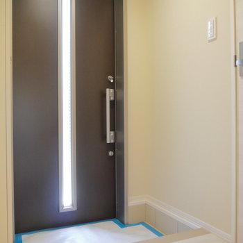 玄関扉は閉めていても、光が入ってきます。
