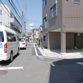お部屋の前は通りになっています。