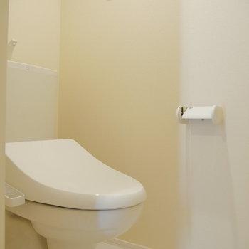 トイレは別で。上に棚ありますよ。