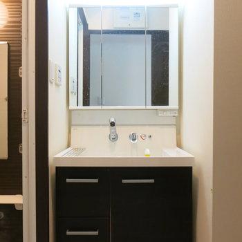 洗面台の鏡も大きくてみやすいですね!!