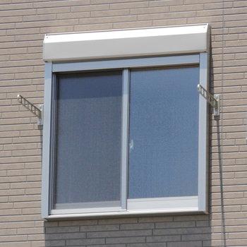 窓の外に竿掛けて。
