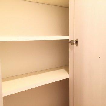 キッチン横の収納です!こちらも結構なサイズ感 ※4階の同間取り別部屋の写真です