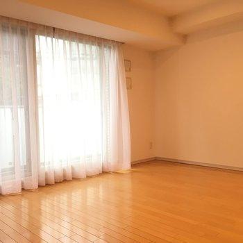 シンプルですが広々としたリビングです! ※4階の同間取り別部屋の写真です
