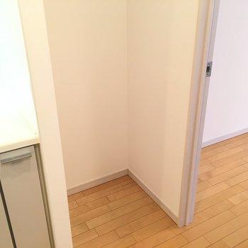 冷蔵庫置場はキッチンの隣に ※4階の同間取り別部屋の写真です