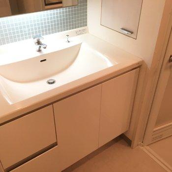 洗面台です。一部はられたタイルがまたおしゃれ ※4階の同間取り別部屋の写真です
