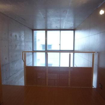 天井まで窓があって明るい写真は別部屋同間取りです