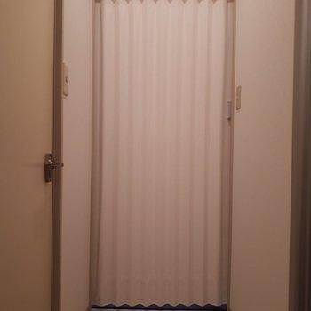カーテンを閉めると脱衣所ができます