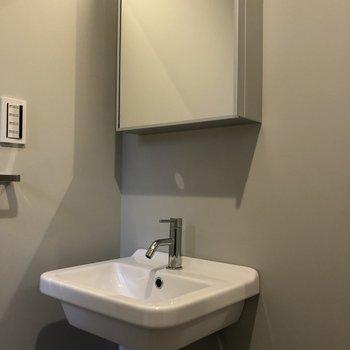 洗面台はトイレの目の前にあります。※写真は前回募集時のものです