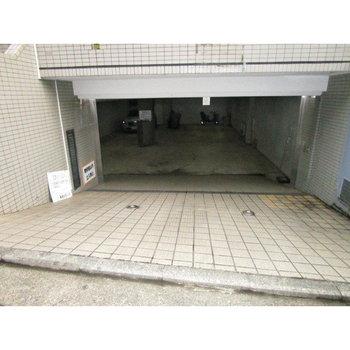 建物の地下には車庫もあります。