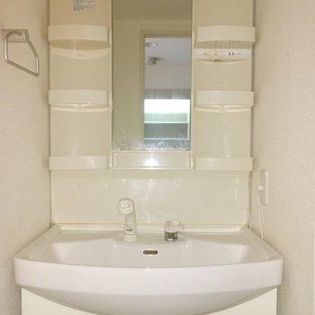 洗面台。一人暮らしさんにはゆったりサイズ!※写真は9階の同間取り別部屋のものです