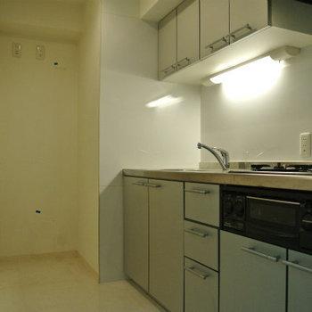 キッチンスペース広いね。(※写真は12階の同間取り別部屋のものです)