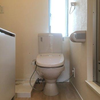 お手洗いは脱衣スペースに。
