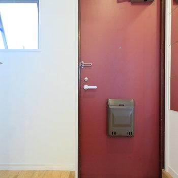 玄関のえんじ色がカーキのキッチンといい組み合わせ!窓もあります!※写真は前回募集時のもの