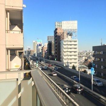 斜めに見るとこんな感じ。首都高が眼下に走っています。※7階の同間取り別部屋の写真です