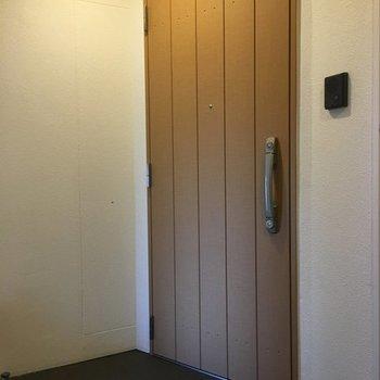 最後に共用部。1フロア2部屋です。※7階の同間取り別部屋の写真です