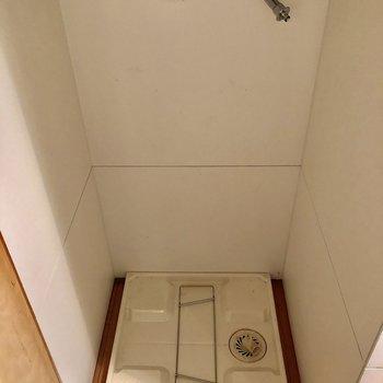キッチンの横に洗濯機置き場があります。*写真はクリーニング前のものです。