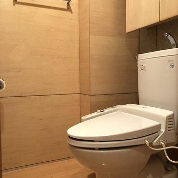 トイレの個室は広め。*写真はクリーニング前のものです。