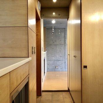 玄関のスペースは充分。*写真はクリーニング前のものです。