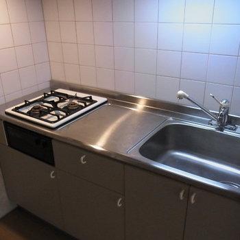 キッチンはガスコンロ2口◎※3階の同間取り別部屋の写真です