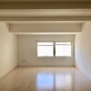 2階はこんなコチラ。小窓がついています。