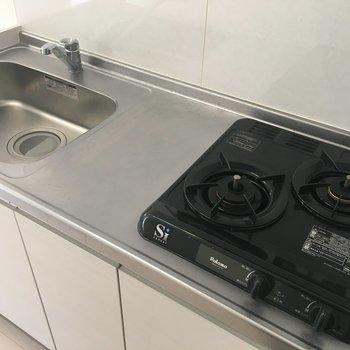 キッチンは2口コンロ。使いやすそうなキッチンです。