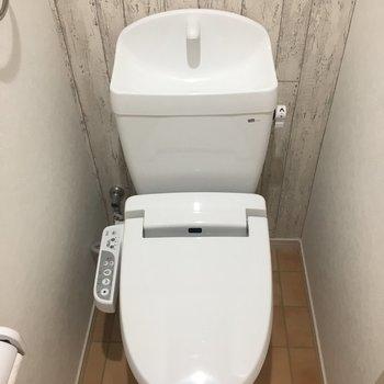トイレは木目の壁紙が素敵です。もちろんウォシュレット付き!