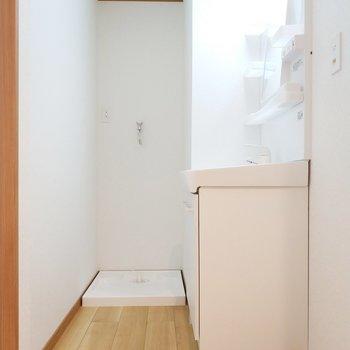 洗濯機の動線も素敵!おふろ入る前にポイっとできる〜。
