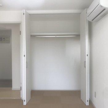 玄関すぐ洋室のクローゼットです。