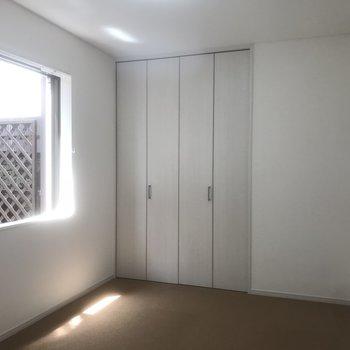 もう1つの洋室です。カーペット敷かれてます。