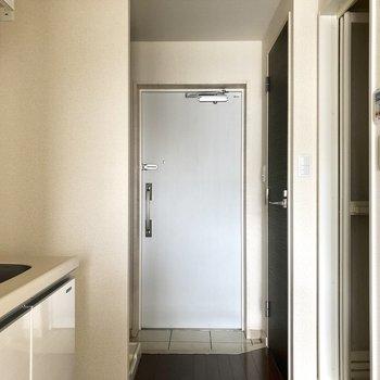玄関の白いタイルがかっこいい。*写真は電気が着く前のものです。