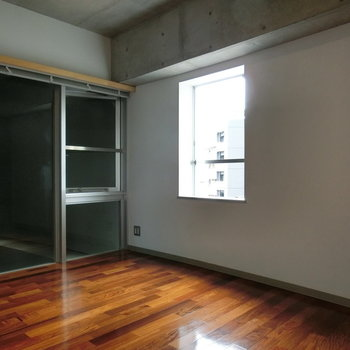 こちらは6帖のベッドルーム。 ※写真は5階の同間取り別部屋です。