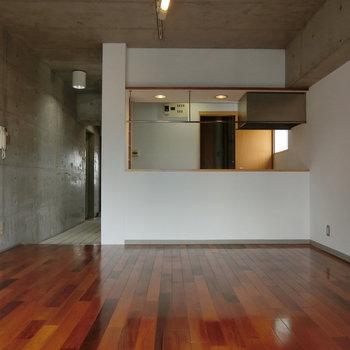 料理をしながら会話も楽しめちゃう。※写真は5階の同間取り別部屋です。