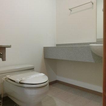 トイレはコンパクトにかわいい感じ。※写真は5階の同間取り別部屋です。
