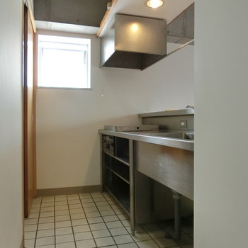 横には、押し出すタイプの窓が。 ※写真は5階の同間取り別部屋です。