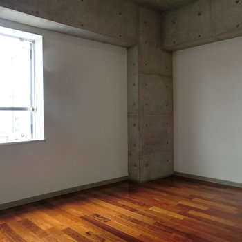 木々とコンクリートがぶつかり合う。 ※写真は5階の同間取り別部屋です。
