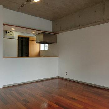 斜めから。※写真は5階の同間取り別部屋です。