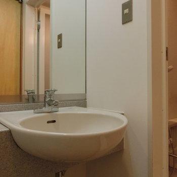 洗面台は丸っこく。※写真は5階の同間取り別部屋です。