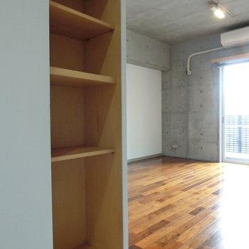 LDKの棚。 ※写真は5階の同間取り別部屋です。