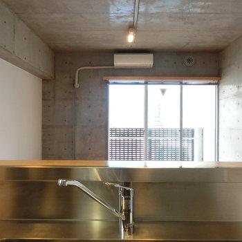 キッチンからの眺め。 ※写真は5階の同間取り別部屋です。