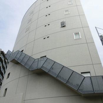 未来型タワー。階段がタスキのよう。