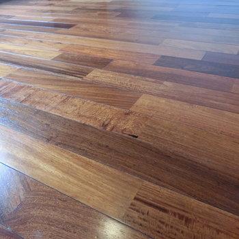 かりん材フローリングの床。輝いています。 ※写真は5階の同間取り別部屋です。
