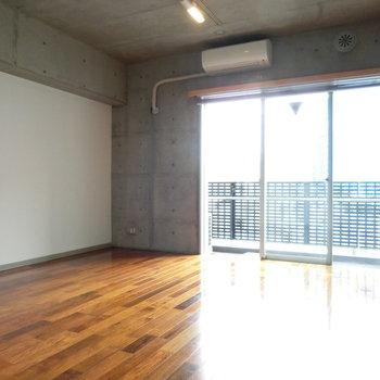 14帖のLDK。太陽の光が気持ち良い。※写真は5階の同間取り別部屋です。