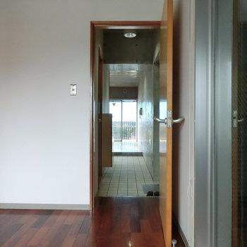 部屋から部屋へ。空間の境界。※写真は5階の同間取り別部屋です。