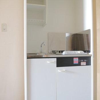 キッチンは玄関すぐ。お隣に冷蔵庫置けます。